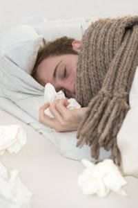 Grippeähnliche Symptome und allgemeine Abgeschlagenheit sind typisch für den Borreliose-Verlauf im Stadium 1
